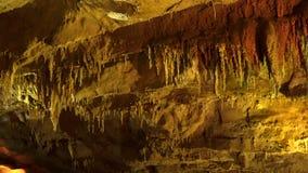 De stalactieten en de stalagmieten in karst hollen binnen westelijk Georgië uit stock videobeelden