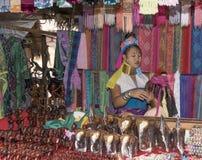 De stam van dorpskaren, beroemde lang-necked vrouwen Vrouw het verkopen Stock Fotografie