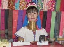 De stam van dorpskaren, beroemde lang-necked vrouwen Vrouw het verkopen Royalty-vrije Stock Afbeelding