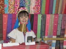 De stam van dorpskaren, beroemde lang-necked vrouwen Vrouw het verkopen Stock Afbeeldingen