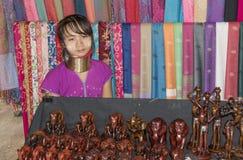 De stam van dorpskaren, beroemde lang-necked vrouwen Vrouw het verkopen Royalty-vrije Stock Fotografie