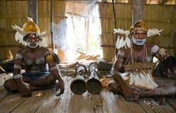 De stam van mensenasmat zit thuis en speelt op de trommel Royalty-vrije Stock Foto's