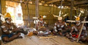 De stam van mensenasmat zit thuis en speelt op de trommel Stock Afbeelding