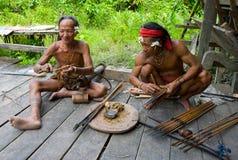 De stam van mensenmentawai bereidt pijlen voor de jacht voor Stock Afbeelding