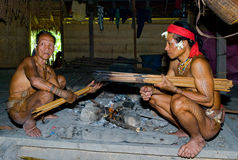 De stam van mensenmentawai bereidt pijlen voor de jacht voor Royalty-vrije Stock Afbeeldingen