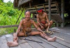 De stam van mensenmentawai bereidt pijlen voor de jacht voor Stock Fotografie