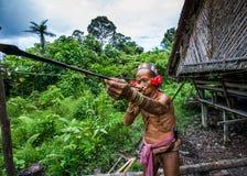 De stam van mensenmentawai bereidt pijlen voor de jacht voor Royalty-vrije Stock Foto