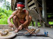 De stam van mensenmentawai bereidt vergift voor de pijlen voor de jacht voor Royalty-vrije Stock Afbeeldingen
