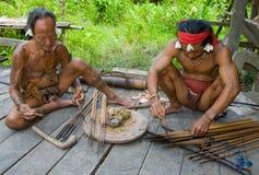 De stam van mensenmentawai bereidt vergift voor de pijlen voor de jacht voor Royalty-vrije Stock Foto's