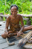 De stam van mensenmentawai bereidt vergift voor de pijlen voor de jacht voor Royalty-vrije Stock Foto