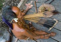 De stam van mensenmentawai bereidt vergift voor de pijlen voor de jacht voor Royalty-vrije Stock Afbeelding