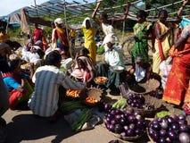 De stammen vrouwen verkopen groenten in wekelijkse markt Stock Foto's
