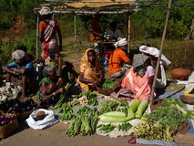 De stammen vrouwen verkopen groenten in wekelijkse markt Royalty-vrije Stock Foto's