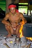De stamzitting van mensenmentawai door de brand in het huis Stock Afbeeldingen