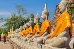 De standbeelden en de monnik van Boedha in Wat Yai Chaimongkol Ayutthaya, Thaila stock foto's