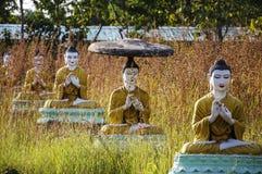 De standbeelden van Boedha in Bodhi Ta Htaung, het godsdienstige centrum, Mon royalty-vrije stock afbeeldingen