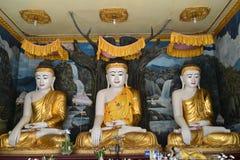 De Standbeelden van Boedha in de tempel van Shwemawdaw Paya Stock Fotografie