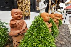 De standbeelden van Boedha van keramiek worden gemaakt die royalty-vrije stock fotografie