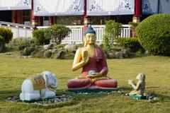 De Standbeelden van Boedha in Lotus Stupa - Lumbini, Nepal stock afbeeldingen