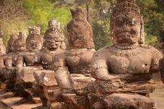 De standbeelden van Boedha op de weg, Angkor Wat, Kambodja Stock Fotografie