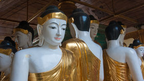De standbeelden van Boedha in Shwedagon-Pagode, Yangon royalty-vrije stock foto