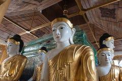 De standbeelden van Boedha in Shwedagon-Pagode, Yangon stock foto's