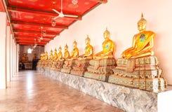 De Standbeelden van Boedha in Wat Phra Chetuphon Vimolmangklararm Rajwaramahaviharn Wat Pho, Bangkok, Thailand in December 2018 stock afbeelding