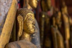 De standbeelden van Boedha in Wat Xieng Thong in Luang Prabang stock fotografie