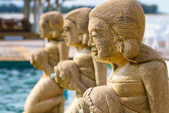 De standbeelden van de fontein bij het tropische zwembad Stock Afbeeldingen