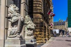 De standbeelden van de leeuw op de heuvel van het Parlement Stock Afbeelding