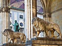 De standbeelden van leeuwen royalty-vrije stock afbeelding