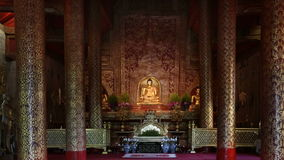 De standbeelden van Phrasingh Boedha, Chiangmai Thailand (geschoten gezoem) stock video