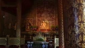De standbeelden van Phrasingh Boedha, Chiangmai Thailand (geschotene dolly) stock video