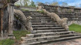 De standbeelden van de steendraak op de stappen aan het terras van de tuin van de Verboden stad, Keizerstad, Citadel, Tint, Vietn royalty-vrije stock foto