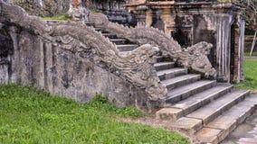 De standbeelden van de steendraak op de stappen aan het terras van de tuin van de Verboden stad, Keizerstad, Citadel, Tint, Vietn royalty-vrije stock fotografie