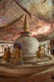 De standbeelden van Stupa en van Boedha in de Tempel van het Hol Dambulla, Sri Lanka. De Plaats van de Erfenis van de Wereld van U Stock Foto's