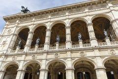De standbeelden versieren de bouw van de Opera van de Staat van Wenen stock afbeeldingen