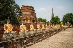 De standbeeldengroepering van Boedha bij Wat Yai Chai Mongkhon-tempel, Ayutthaya, Chao Phraya Basin, Centraal Thailand, Thailand stock fotografie