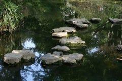 De stap van de steen op streamlet Stock Afbeeldingen