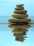 De stapel die van de kiezelsteen in het water nadenkt Royalty-vrije Stock Afbeelding