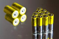 De stapel gele aa-batterijen sluit omhoog, het concept van de elektriciteitsopslag Stock Afbeelding