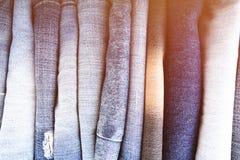 De stapel gevouwen kleren, jeans hijgt, donkerblauwe denimbroeken op witte achtergrond Royalty-vrije Stock Afbeelding