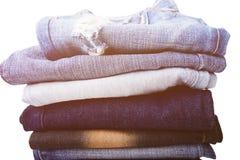 De stapel gevouwen kleren, jeans hijgt, donkerblauwe denimbroeken op witte achtergrond Royalty-vrije Stock Fotografie