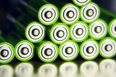 De stapel groene aa-batterijen sluit omhoog, het concept van de elektriciteitsopslag Stock Foto