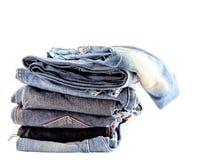 De stapel jeans isoleert Stock Afbeeldingen