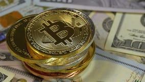 De stapel Muntstukken van Bitcoin, BTC en de Rekeningen van Dollars roteren stock footage