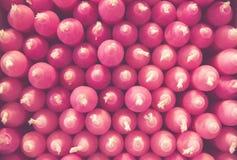 De stapel roze kaarsen leidt tot een patroon stock fotografie
