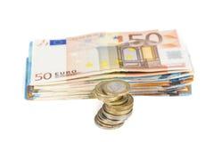 De stapel van bankbiljetten factureert euro en stapel van muntstukken Royalty-vrije Stock Foto's