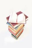De stapel van boeken met één boekt open Royalty-vrije Stock Afbeeldingen