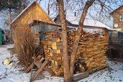 De stapel van brandhout dichtbij de baden Stock Foto's